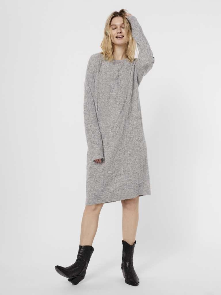 Simone o-neck cable dress. Lys grå